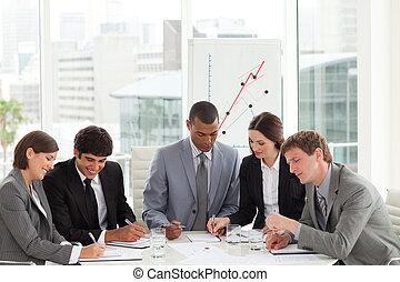 equipe negócio, estudar, um, orçamento, plano