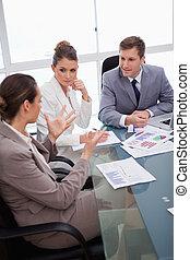 equipe negócio, falando, aproximadamente, levantamento
