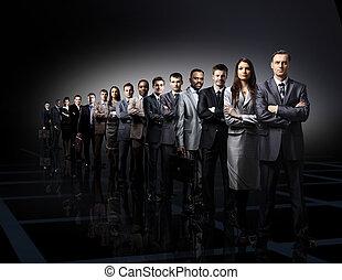 equipe negócio, formado, de, jovem, homens negócios, estando...