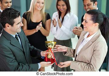 equipe negócio, ganhar, um, troféu