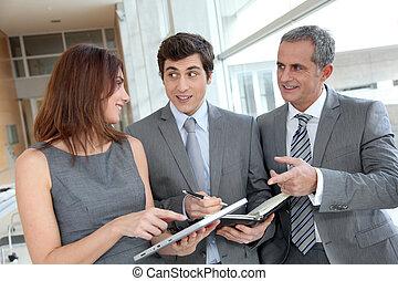 equipe negócio, reunião, em, corredor