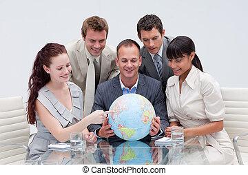 equipe negócio, segurando, um, globo terrestre, em, a, escritório., negócio internacional, conceito