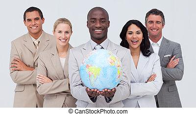 equipe negócio, segurando, um, globo terrestre