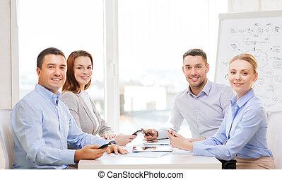 equipe negócio, tendo, reunião, em, escritório