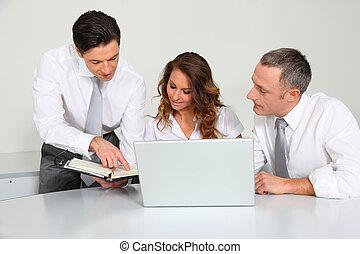 equipe negócio, trabalhando, em, escritório
