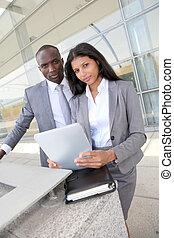 equipe negócio, trabalhar, eletrônico, tabuleta