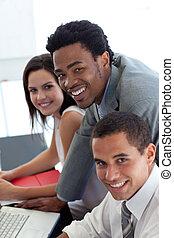 equipe negócio, trabalhe, com, um, laptop