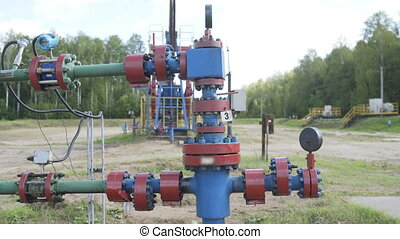 Equipment for wellhead connection oil well and shut-off control valves for pumping crude oil.
