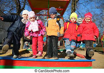 equipo, con, pierna arriba, en, jardín de la infancia