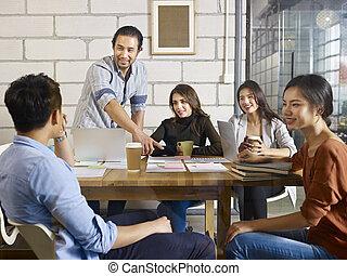 equipo, de, asiático, y, caucásico, empresarios, reunión,...