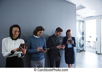 equipo, de, empresarios, utilizar, electrónico, dispositivos