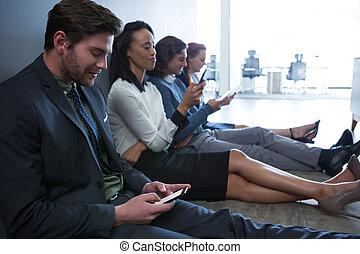 equipo, de, empresarios, utilizar, teléfono móvil