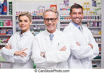 equipo, de, farmacéuticos, sonriente, en cámara del juez