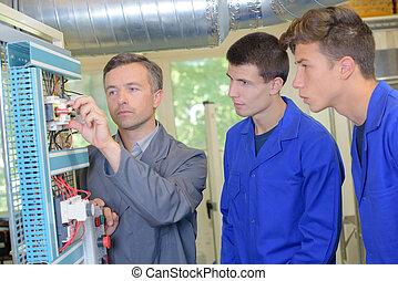 equipo, de, ingenieros, teniendo, discusión, en, fábrica