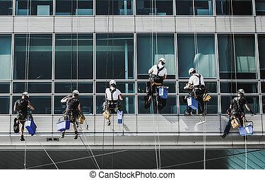 equipo, de, montañismo, trabajadores, en, edificio de oficinas