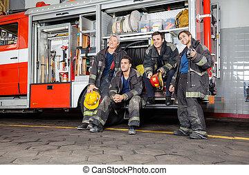 equipo, de, pensativo, bomberos, por, firetruck