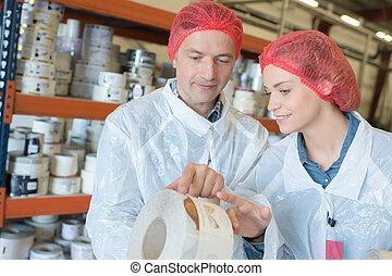 equipo, de, trabajadores, en, cinta conducto, fábrica