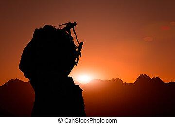 equipo, de, trepadores, ayuda, a, conquistar, la cumbre, en, ocaso