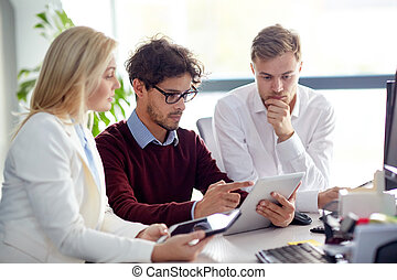 equipo negocio, con, computadora personal tableta, en, oficina