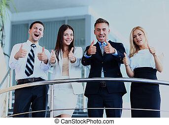 equipo negocio, con, el, pulgares arriba, en, un, escaleras.