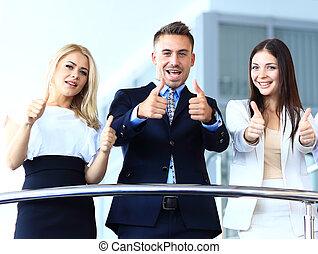 equipo negocio, con, el, pulgares arriba, en, un, escaleras