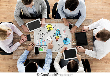 equipo negocio, con, smartphones, y, computadora personal tableta