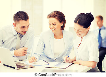 equipo negocio, discutir, algo, en, oficina