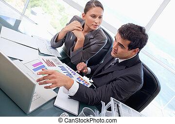 equipo negocio, estudiar, estadística, con, un, computador portatil