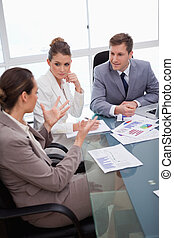 equipo negocio, hablar, sobre, encuesta