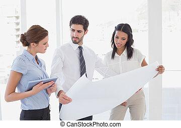 equipo negocio, lectura, un, plan
