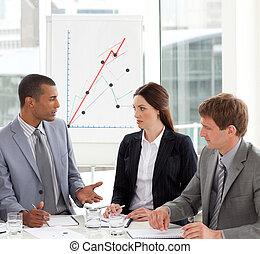 equipo negocio, sentado, alrededor, un, conferencia