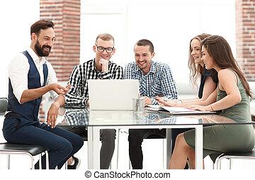 equipo negocio, sentado, en la oficina, tabla