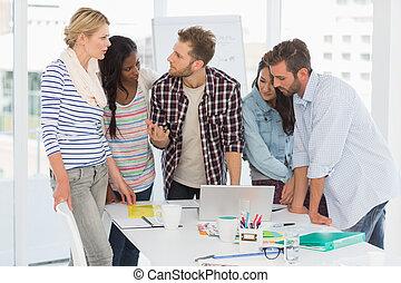 equipo, teniendo, diseñadores, enfocado, reunión