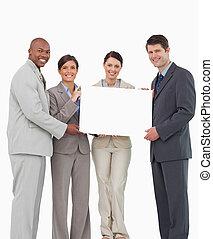 equipo, ventas, juntos, señal, tenencia, blanco, sonriente