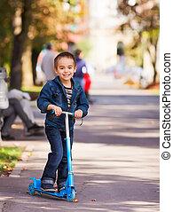 equitación, patineta, alegre, niño
