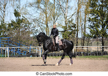 equitación, rubio, mujer, caballo negro