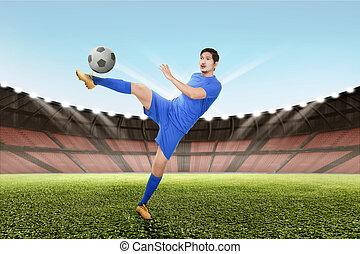 erős, ázsiai, futball játékos, megrúg, a, labda
