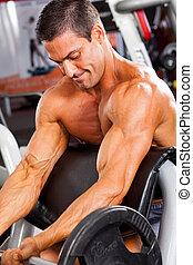 erős, ember, képzés, noha, ki kézi súlyzó, alatt, tornaterem