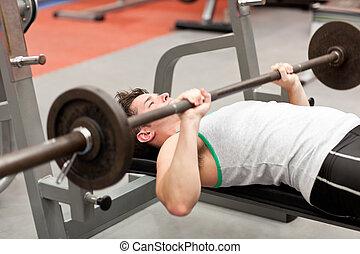 erős, fiatalember, használ, weightlifting, fekvő, alatt,...