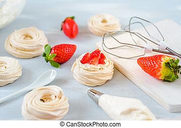 erdbeer, pavlova, kuchen, nester, meringe, dekoration, auf, a, kulinarisch, tisch