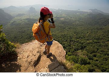 erfolgreich, frau, fotograf, aufnahme nehmend, auf, berg spitze, felsformation