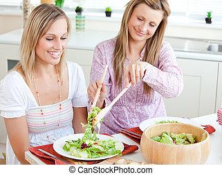 erfreut, essende, zwei, salat, frauen