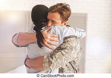 erfreut, militaer, mann, umarmen, seine, ehefrau