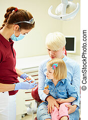 erklären, patient, sie, junger, zahnarzt, pädiatrisch, mutter, modell