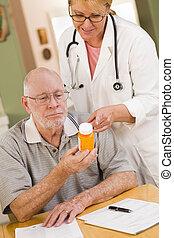 erklären, verordnung, doktor, oder, medizinprodukt, älter, krankenschwester, mann