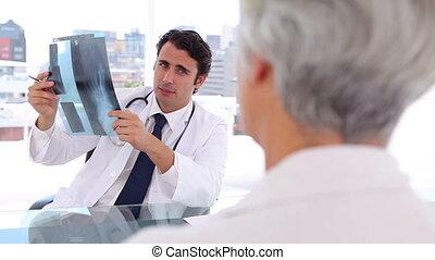 ernst, doktor, halten röntgenstrahls, vor, seine, patient