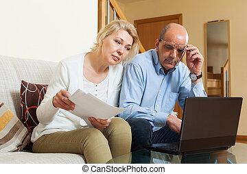 ernst, fälliger mann, und, frau lesen, finanz, dokumente