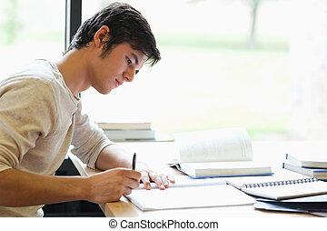 ernst, männlicher student, schreibende