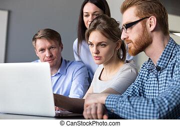 ernst, teamleiter, erklären, online, daten, auf, laptop, zu, colleagu