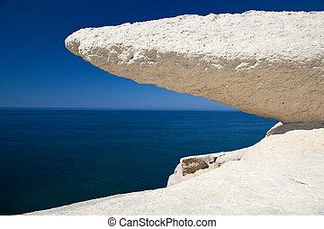erosionado, tiza, roca, blanco, piedra, cielo azul, y, mar